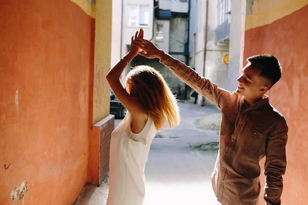 Jonge liefhebbers dansen in de straat