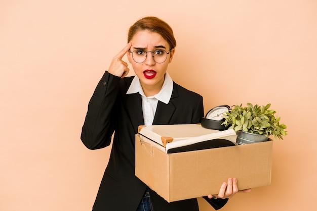 Jonge magere arabische zakenvrouw bewegende baan geïsoleerd met een teleurstelling gebaar met wijsvinger.
