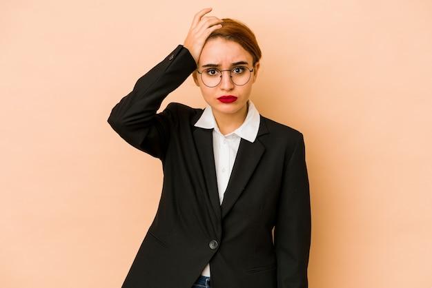 Jonge magere blanke zakenvrouw geïsoleerd geschokt, ze heeft belangrijke vergadering herinnerd.