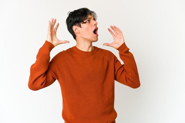 Jonge magere spaanse man schreeuwen naar de lucht, opzoeken, gefrustreerd