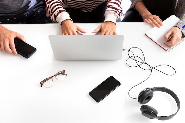Jonge makers en ondernemers die een project maken jonge mensen werken aan een bureau met laptop