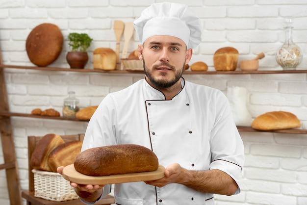Jonge man aan het werk in zijn bakkerij