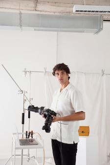 Jonge man aan het werk in zijn fotostudio