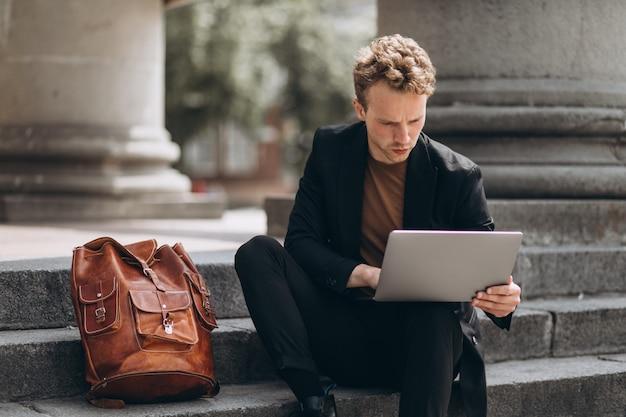Jonge man aan het werk op een computer door de universiteit