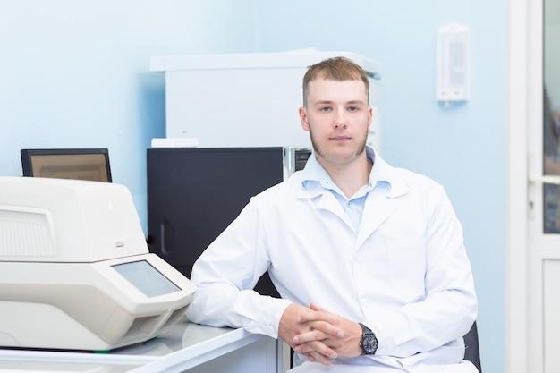 Jonge man aan het werk op het medische of genetica laboratorium