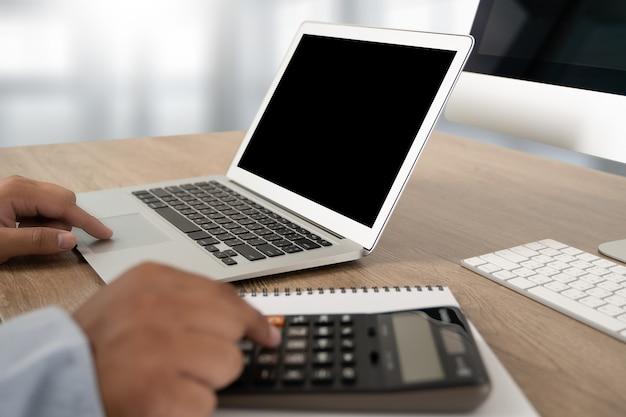 Jonge man aan het werk zakenman met behulp van een desktopcomputer van het lege scherm