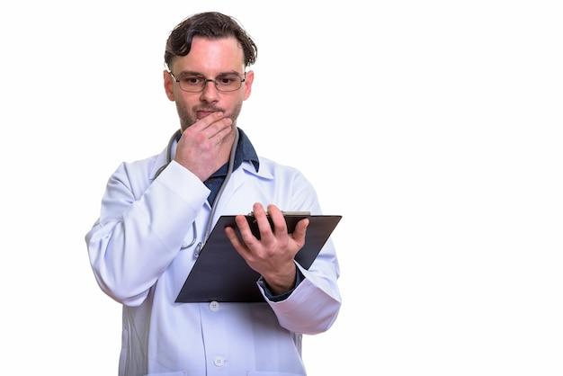 Jonge man arts klembord houden tijdens het denken