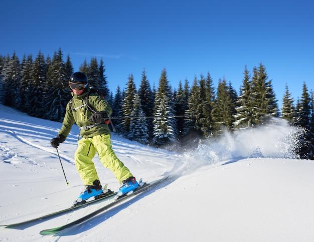 Jonge man backpacker skiën op en neer hellingen