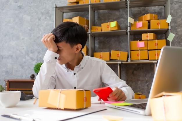 Jonge man bedrijfseigenaar, ongelukkige bundel van het werk, mislukking in zaken.