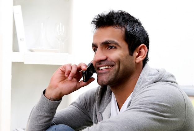 Jonge man bellen via de telefoon