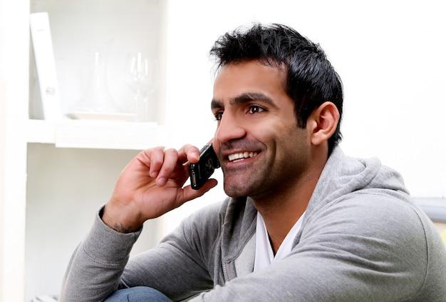 Jonge man belt via de telefoon