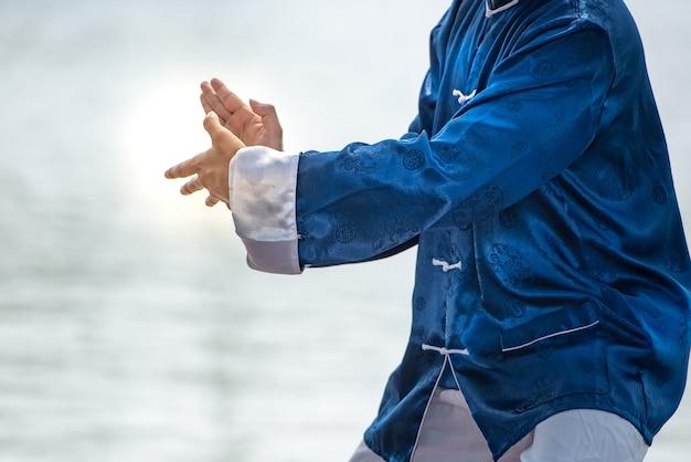 Jonge man beoefenen van traditionele tai chi chuan, tai ji en qi gong, chinese vechtsporten.