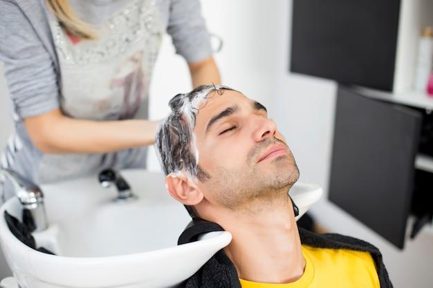 Jonge man bij kapper