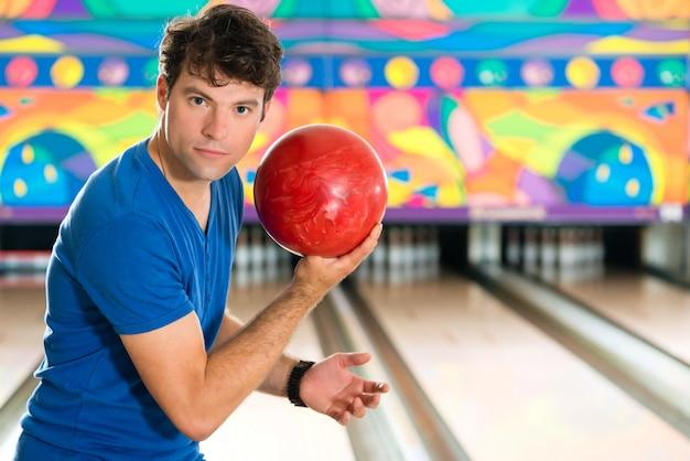 Jonge man bowlen plezier