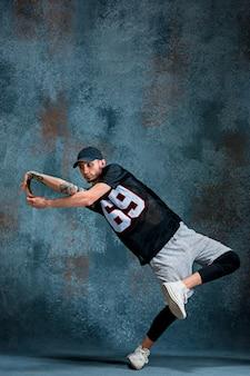 Jonge man break dansen op muur muur.