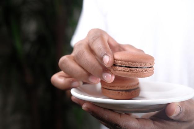 Jonge man brownie eten op plaat