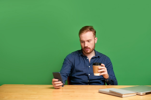 Jonge man controleren van sociale media