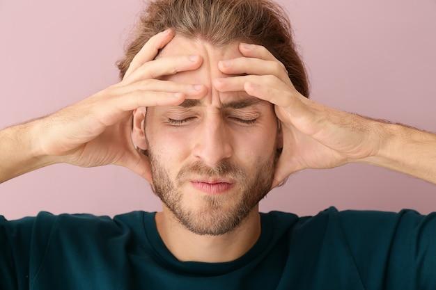Jonge man die aan hoofdpijn lijdt