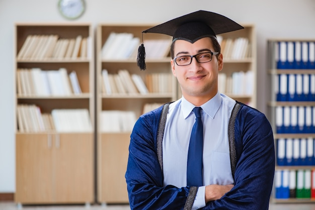 Jonge man die afstudeert aan de universiteit