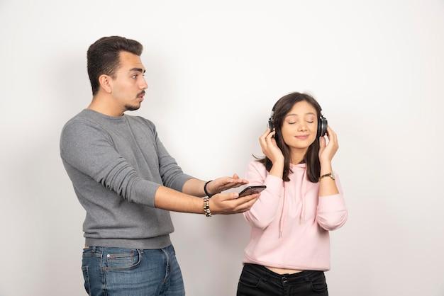Jonge man die de aandacht van de vrouw probeert te trekken.
