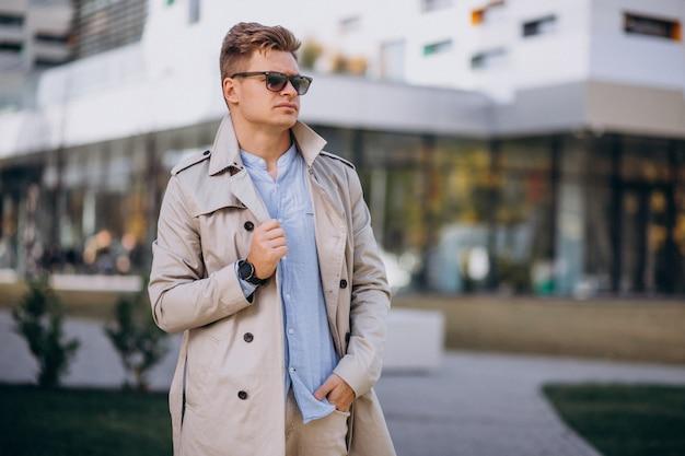 Jonge man die door het zakelijke gebouw