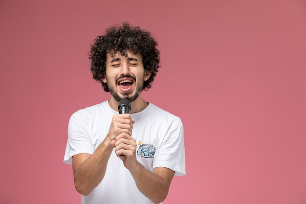 Jonge man die een emotioneel lied zingt