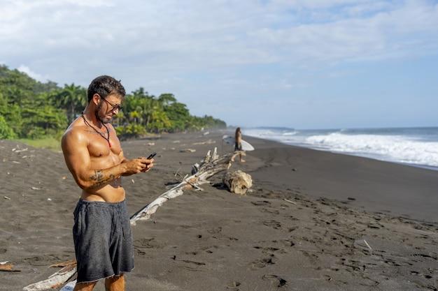 Jonge man die een foto maakt op het strand