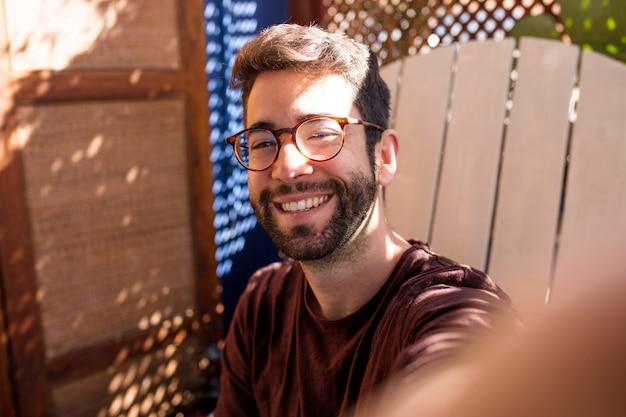 Jonge man die een foto van zichzelf neemt