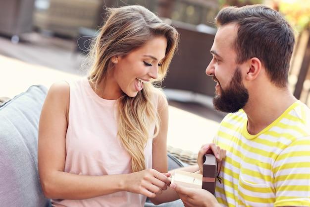 Jonge man die een mooie vrouw buitenshuis voorstelt