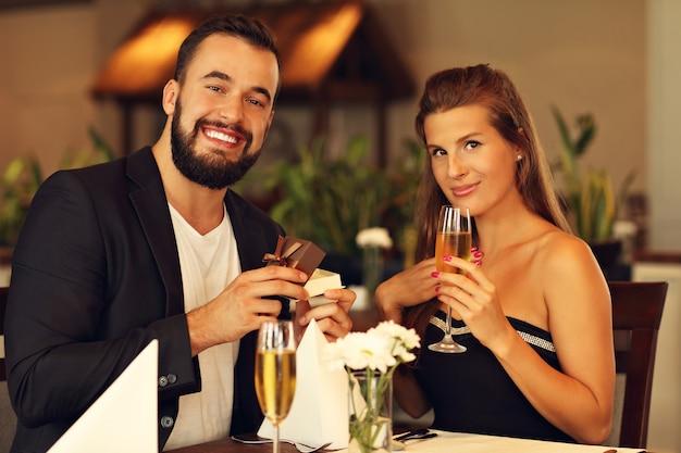 Jonge man die een mooie vrouw voorstelt