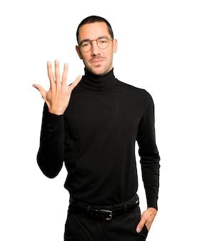 Jonge man die een nummer vijf gebaar maakt