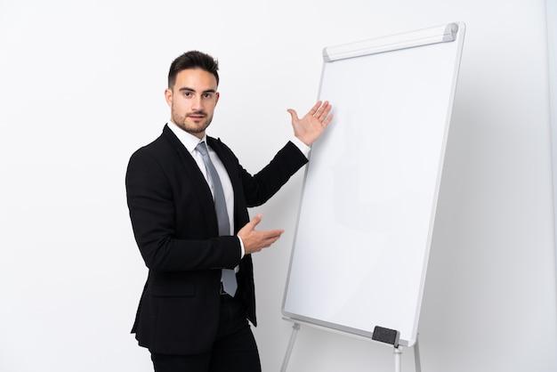 Jonge man die een presentatie geeft op wit bord