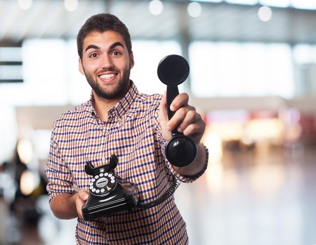 Jonge man die een telefoon