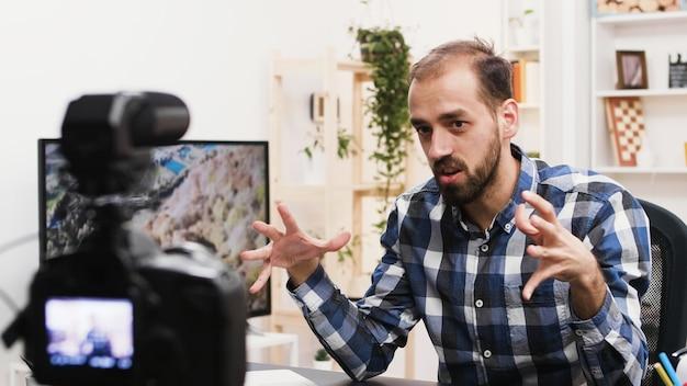 Jonge man die een vlog opneemt voor zijn social media-kanaal. beroemde beïnvloeder.