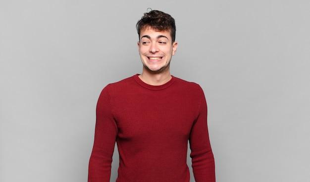 Jonge man die er bezorgd, gestrest, angstig en bang uitziet, in paniek raakt en tanden op elkaar klemt