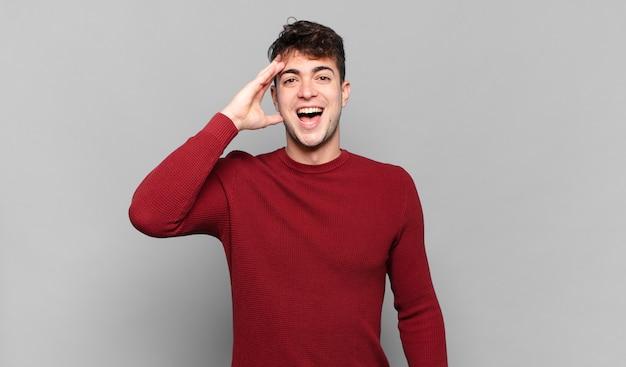 Jonge man die er blij, verbaasd en verrast uitzag, lachte en zich verbluffend en ongelooflijk goed nieuws realiseerde