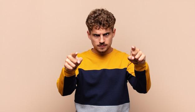 Jonge man die met beide vingers en een boze uitdrukking naar de camera wijst en zegt dat je je plicht moet doen
