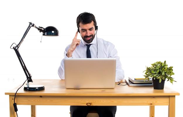 Jonge man die met een hoofdtelefoon werkt