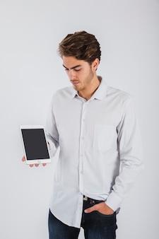 Jonge man die met tablet tablett
