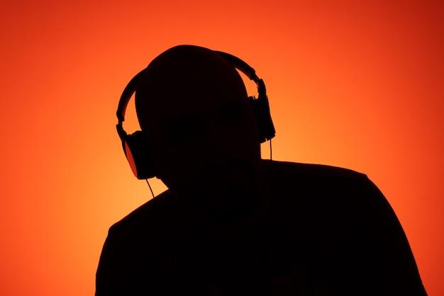 Jonge man die naar muziek luistert met een hoofdtelefoon-koptelefoon
