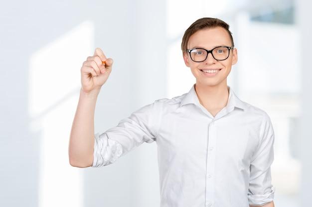 Jonge man die op het virtuele scherm tekent