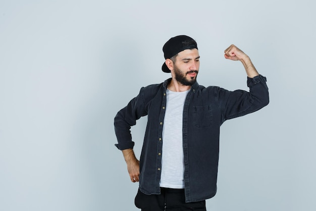 Jonge man die spieren toont