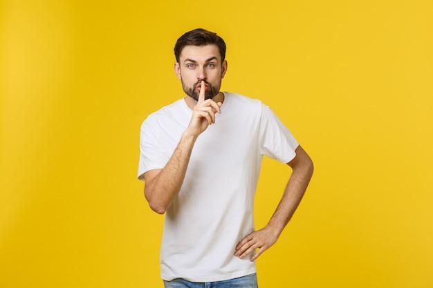 Jonge man die stilte gebaar maakt, shhhhh.