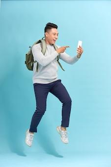 Jonge man die telefoon neemt tijdens het springen