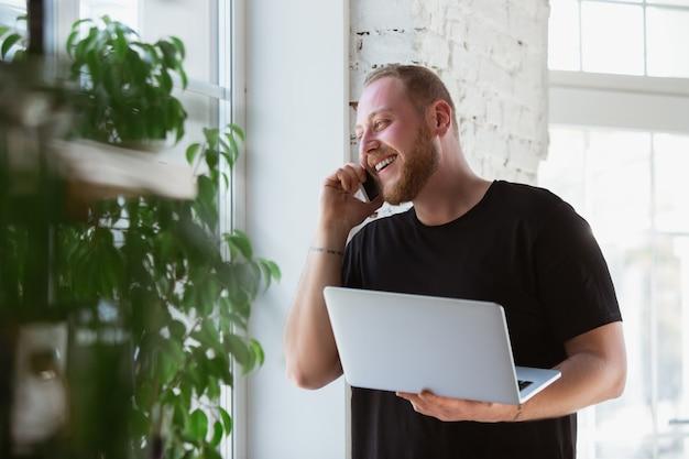 Jonge man die thuis studeert tijdens online cursussen