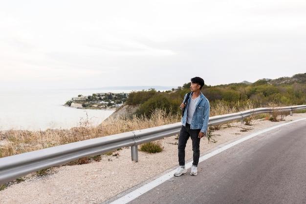 Jonge man die van reis geniet