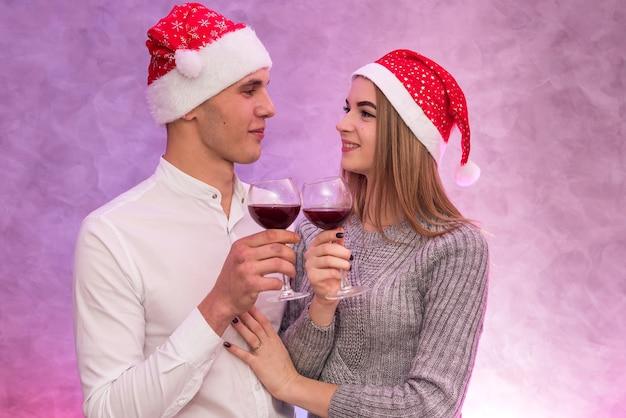 Jonge man die wijn in glazen giet aan zijn vriendin. valentijnsdag viering concept