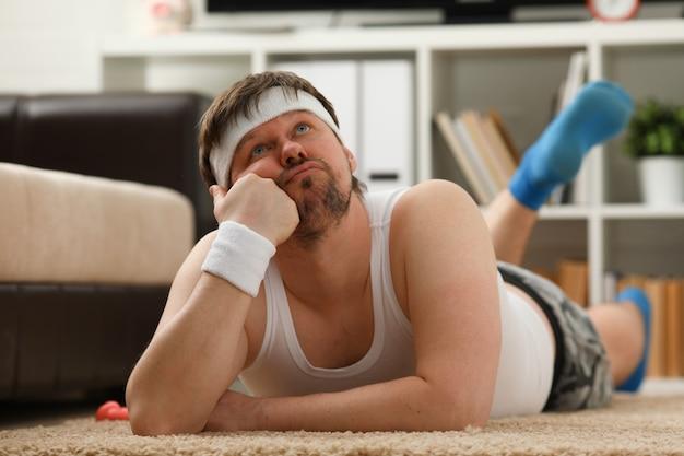 Jonge man die zich bezighouden met fitness thuis