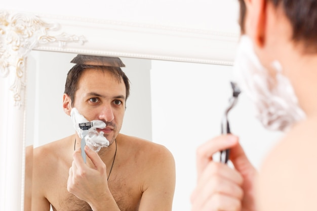 Jonge man die zich elke ochtend scheert