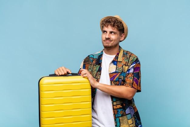 Jonge man die zich trots, ondeugend en arrogant voelt terwijl hij een slecht plan bedenkt of een truc bedenkt. vakantie concept